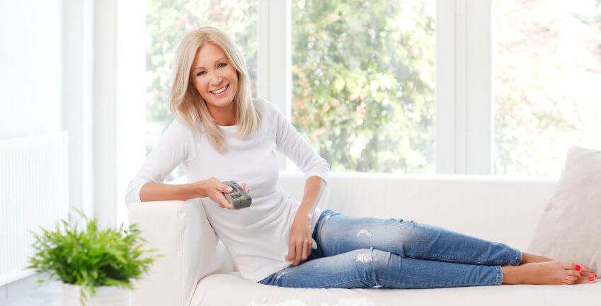 Mulher Sentada no Sofa com Esquadria de PVC ao Fundo