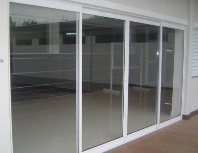 Vista Externa de Sala com Divisão por Esquadria de Alumínio Branca