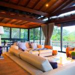 Sala com Sofa e Esquadrias de Alumínio ao Fundo