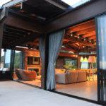 Vista Externa de Casa com Esquadrias de Alumínio Abertas
