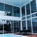 Vista externa com piscina e Esquadrias de Alumínio ao Fundo