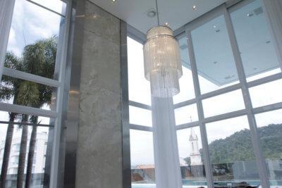 Esquadria de Alumínio alta com vista interna e Lustre a frente