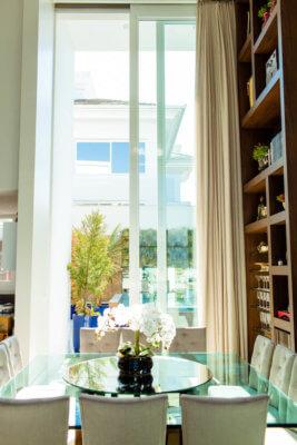 Porta Automática em Esquadria de Alumínio, vista interna com mesa a frente