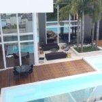 Vista aérea de casa com piscina e portas altas de esquadria de alumínio